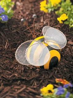bowling ball bumble bee for the garden Bowling Ball Crafts, Bowling Ball Garden, Bowling Ball Art, Bowling Pins, Diy Garden Projects, Garden Crafts, Garden Ideas, Art Projects, Mosaic Projects