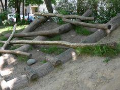 Speelheuvel met boomstammen om te klauteren (speelplaats in Berlijn)