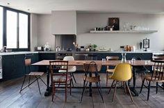 Des chaises dépareillées pour cette salle à manger intégrée à la cuisine