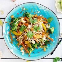 Pad Thai mit frittiertem Tofu und Cashewkernen