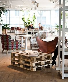 Hotel Daniel in Vienna - love the DIY pallet coffee table! Hotel Daniel, Cafe Design, House Design, Palette Deco, Palette Table, Leather Butterfly Chair, Vienna Hotel, Interior Decorating, Interior Design