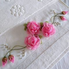 Ribbon embroidery roses Fauna and Flora are two terms frequently heard by those who spend time in nature. Rose Embroidery, Hand Embroidery Stitches, Silk Ribbon Embroidery, Hand Embroidery Designs, Embroidery Techniques, Ribbon Art, Ribbon Crafts, Band Kunst, Rose Crafts