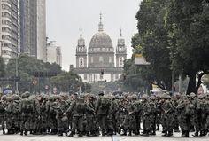 https://flic.kr/p/ym2VJ1 | 7 de Setembro, Dia da Independência. | Antes do início da parada militar no Centro do Rio de Janeiro. :-) ___________________________________________  September 7, Independence Day in Brazil.  Before the parade begin... :-)  Downtown, Rio de Janeiro, Brazil. Have a great week! ___________________________________________  Buy my photos at / Compre minhas fotos na Getty Images  To direct contact me / Para me contactar diretamente: lmsmartinsx@yahoo.com.br