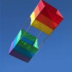 Instructions for making a box kite.Had one when I was a kid! Summer Crafts, Summer Fun, Diy And Crafts, Crafts For Kids, Kite Surf, Go Fly A Kite, Ballon, Air Balloon, Kite Building