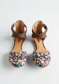 A fashionista and botanic expert through-and-through, you naturally gravitate toward these cute, mocha-brown flats! Flaunting richly hued floral toes and crisscrossing, vegan faux-leather ankle straps, this charming pair satisfies all of your stylish criteria.