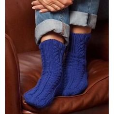 Knit Cabled Slipper Socks, As Seen on Knitting Daily TV Episode 605 Haven't tried making socks yet Knitting Daily, Knitting Socks, Knit Socks, Knitting Videos, Crochet Slippers, Knit Or Crochet, Knitting Patterns, Knitting Projects, Chic