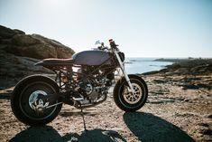 Tout droit sortie d'un petit atelier situé dans le Morbihan, cette Ducati Monster Café Racer baptisée « Monster Tracker » détonne par son originalité !