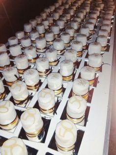 Mini cakes en oro y negro.  Con base espejo. Fondant, oro, negro.