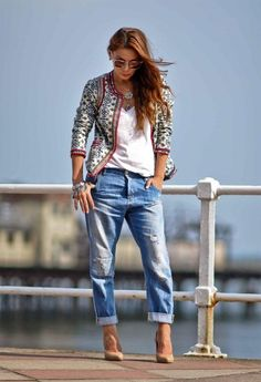 Boyfriend jeans - nude pumps - white top - pattern jacket