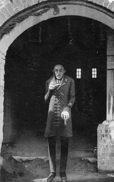 Max Schreck in Nosferatu one of the greatest vampire movies of all time. Silent, in black and white, but ABSOLUTELY scary vampire movie. Horror Movie Posters, Horror Icons, Max Schreck, Frankenstein, Retro Horror, Vintage Horror, Vampires, Kino International, Nosferatu 1922