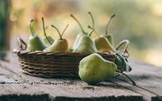 Download wallpapers pears, fruit, harvest, ripe pears, green pears in a plate