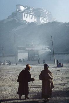Pèlerins devant le Potala, Lhassa, 1985