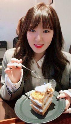 wendy with cake Seulgi, Red Velvet Photoshoot, Wendy Rv, Orange Caramel, Wendy Red Velvet, Ulzzang, Wattpad, Instagram, Food