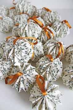 DIY Christmas Decoration Ideas With Origami Paper – Home and Apartment Ideas Christmas Origami, Noel Christmas, All Things Christmas, Christmas Balls, Handmade Christmas Decorations, Diy Christmas Ornaments, Paper Ornaments, Origami Ornaments, Theme Noel