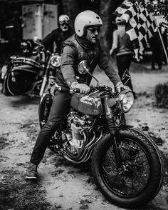 Old school Honda cafe racer Cafe Racer Girl, Cafe Racer Helm, Style Cafe Racer, Cb 750 Cafe Racer, Inazuma Cafe Racer, Cafe Racer Bikes, Cafe Racer Motorcycle, Motorcycle Style, Biker Style