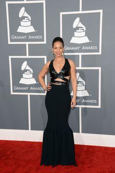 Alicia Keys con un vestido de Azzedine Alaïa con cola de sirena, escote de piel de cocodrilo y aberturas estratégicas por encima de la cintura. La cantante completó su look con joyas en blanco y negro con forma de serpientes y una manicura deep red.