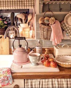 Cottage Kitchens, Cottage Homes, Home Kitchens, Cosy Kitchen, Kitchen Decor, Vintage Decor, Rustic Decor, Kountry Kitchen, Casa Retro