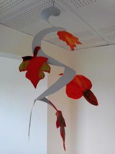 La feuille d'automne, emportée par le vent, en ronde monotone, tombe en tourbillonnant ... déco dans le vent avec ces mobiles faciles à réaliser !