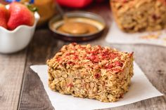 PB&J peanut butter and jelly Oatmeal Bake (better than PB, egg whites, freeze dried strawberries) Ww Recipes, Baking Recipes, Healthy Recipes, Dinner Recipes, Hungry Girl Recipes, Baked Oatmeal, Baked Oats, Oatmeal Cookies, Freeze Dried Strawberries