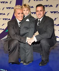 Pink's Daughter Willow & Husband Carey Hart Support Her at MTV VMAs 2017 Wearing Matching Suits! Mtv Video Music Award, Music Awards, Mtv Music, Carey Hart, Beth Hart, Michael Jackson Gif, Alecia Moore, Ugly Girl, Pink Suit