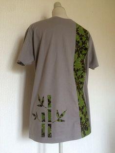Tee shirt gris aux motifs bambou à col rond du commerce customisé à la main d'un appliqué en tissu africain cousu à la machine à coudre.  Ce wax fleuri et vert rappel le bo - 17421384