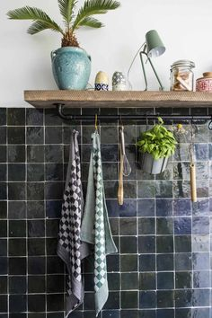 Keuken met zwarte tegeltjes | Kitchen with black tiles | vtwonen 12-2017 | Fotografie Henny van Belkom Shelves, Home Decor, Shelving, Homemade Home Decor, Interior Design, Decoration Home, Home Interiors, Planks, Home Decoration