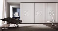Spokojne, dopasowane kolorystycznie do ścian fronty mogą sprawić, że nie będzie zwracać zbyt dużej uwagi. Lekkości dodadzą drzwiczki przeszklone mleczną taflą, które można dodatkowo podświetlić, dodając nowoczesnego stylu. We wnętrzach tradycyjnych idealnie sprawdzą się naturalne odcienie drewna. Jeśli motyw lub materiał, z którego jest wykonana, jest dość wyrazisty, wtedy dobrze jeśli powtórzy się również na innych meblach lub tkaninach użytych do aranżacji wystroju. zapraszamy.