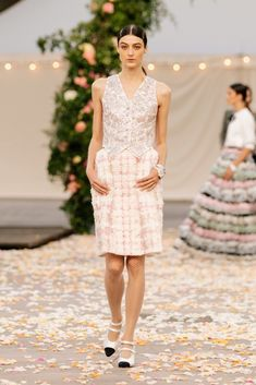 Chanel Spring 2021 Couture – Classy and fabulous way of living Haute Couture Looks, Style Couture, Haute Couture Fashion, Chanel Couture, Boutique Haute Couture, Primavera Chanel, Collection Couture, Fashion Show Collection, Gareth Pugh