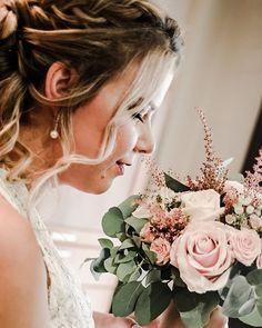 """Fotografía de bodas. en Instagram: """"Nos encantan los ramos de novia, es ver uno y querer llevármelo a casa  #ramos #ramosdenovia #rosasrojas #boda Pearl Earrings, Crown, Pearls, Wedding, Jewelry, Instagram, Fashion, Home, Wedding Bouquets"""