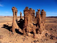 Algérie - Tassili n'Ajjer - Rock Forest. Desert Environment, Environment Concept Art, Landscape Photos, Landscape Photography, Nature Photography, Beautiful Rocks, Beautiful Places, Prehistoric Period, Desert Sahara