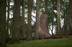 Drew Bezanson und Morgan Wade testen in den Wäldern von South Wales ihre Traumrampen.