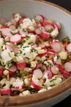 Salade radis Pour deux 1 botte de radis 1 crottin de chavignol 100g de chèvre frais 1 bouquet de ciboulette fraiche finement ciselée Les zestes d'un citron jaune finement émincés 1 poignée de pignons de pin 1 poignée de pistaches Assaisonnement : huile d'olive + jus de citron