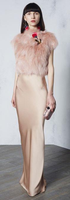 мода 2017 года для пожилых - элегантное кремовое платье с меховой отделкой