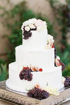 Wedding cake blanc avec grappes de raisins et figues pour rappeler l'automne