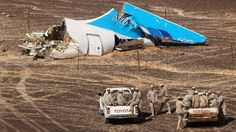 VRAK: Egyptisk militær nærmer seg det russiske flyvraket som styrtet på Sinaihalvøya 31. oktober. FOTO: MAXIM GRIGORIEV / SCANPIX