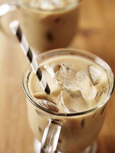 Vanille Frappuccino 8 dl volle melk 8 dl espresso 4 tl vanille-essence 4 bolletjes vanilleijs Staafmixer Verwarm de melk en meng met de espresso. Laat dit afkoelen, voeg de vanille-essence toe en zet het een halfuurtje in de koelkast. Mix met een staafmixer het ijs door het koude mengsel serveer deze goddelijke vanille frappuccino meteen in een beker, hoge glazen of een glazen potje met een rietje.