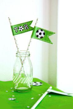 Fußball-Fähnchen für deine Kinder-Fussball-Party selber machen - DIY mit Free Printable // FAMILICIOUS.DE