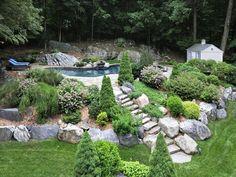 Wenn Sie große Steine, warum nicht sie Paar mit großen Sträucher haben? Hier ist ein Weg, um Ihrem Garten voll und aktiv zu fühlen. Die Felsen und Sträuchern arbeiten zusammen, um eine natürliche, aber gepflegten fühlen, die Natur zu Ihnen bringt.