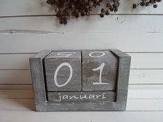Deze stoere blokkalender staat leuk op je bureau,  uitgevoerd in prachtig landelijk grijs,  de afmeting van de kalender is 16 x 10 cm.   Artikelnummer: W 643