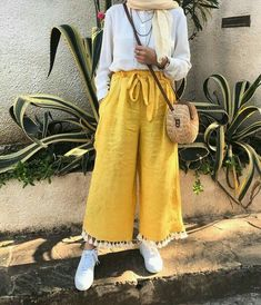 179 meilleurs styles hijab avec jeans pour un dressing chic - page 5 Hijab Fashion Summer, Modern Hijab Fashion, Street Hijab Fashion, Hijab Fashion Inspiration, Muslim Fashion, Modest Fashion, Abaya Fashion, Eid Outfits, Modest Outfits