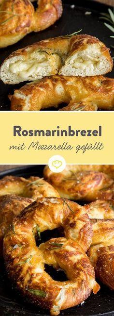 Jetzt kommt Rosmarin in den  Brezelteig und gefüllt wird das fluffige Rosmarinbrezel dann mit Mozzarella und Parmesan. Köstlich!