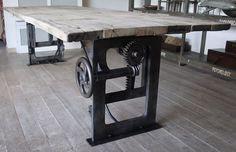 Industriële tafel, met oude gietijzeren onderstel http://www.dt-69.nl