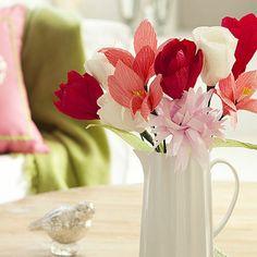 fleur en papier crepon - joli bouquet dans un vase en porcelaine