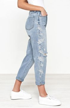 hashhashhash Pacsun Georgia Blue Embroidered Mom Jeans - 23 Buying Clothing When Christmas Shopping Embroidered Mom Jeans, Embroidered Clothes, Painted Jeans, Painted Clothes, Pacsun, Denim Fashion, Fashion Outfits, Fashion 2018, Cool Outfits