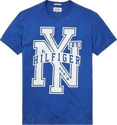 Das FEDERER T-Shirt von Hilfiger Denim ist ein echter Klassiker des Labels. Mit dem großen Hilfiger Print und der schönen Qualität ist das T-Shirt ein echter Alltagsbegleiter.100% Baumwolle...