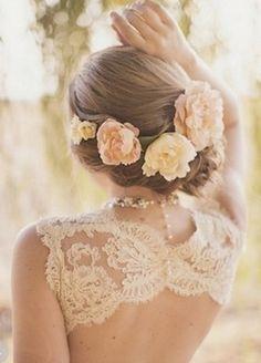 Y si te gustan las flores y los peinados recogidos, ¿Por qué solo una flor si puedes elegir tres o más?