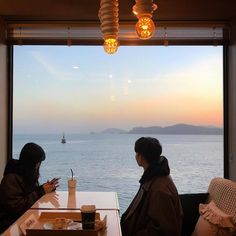 Find images and videos about beautiful, couple and sea on We Heart It - the app to get lost in what you love. Night Aesthetic, Couple Aesthetic, Aesthetic Photo, Couple Ulzzang, The Love Club, Night Couple, Korean Couple, Fashion Couple, Muslim Couples