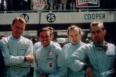 """Dan Gurney, Jim Clark, John Surtees e Phil Hill; Se Lorenzo Bandini fez o favor de tirar Graham Hill do caminho de John Surtees na apertada disputa pelo Mundial de 1964 da F1, no México, restava ainda Jim Clark no caminho do bretão. O """"fazendeiro voador"""" precisava vencer e que Surtees não terminasse em segundo no Ricardo Rodríguez (atual Hermanos Rodríguez) para ficar com o caneco, e vinha conseguindo o que queria ao seu estilo: largou na pole, arrancou à frente e se manteve em primeiro…"""