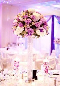 Centro de mesa con rosas lila y base alta