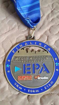 Carrera de 5km aunque la medalla dice media maraton.  Fue la primer carrera nocturna